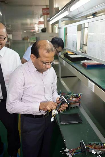 mahindra集团代表参观巨杰公司控制器生产车间