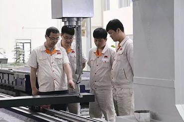 """""""为解决这一问题,严昊明组织技术人员与装配工人共同对丝母座现有结构"""
