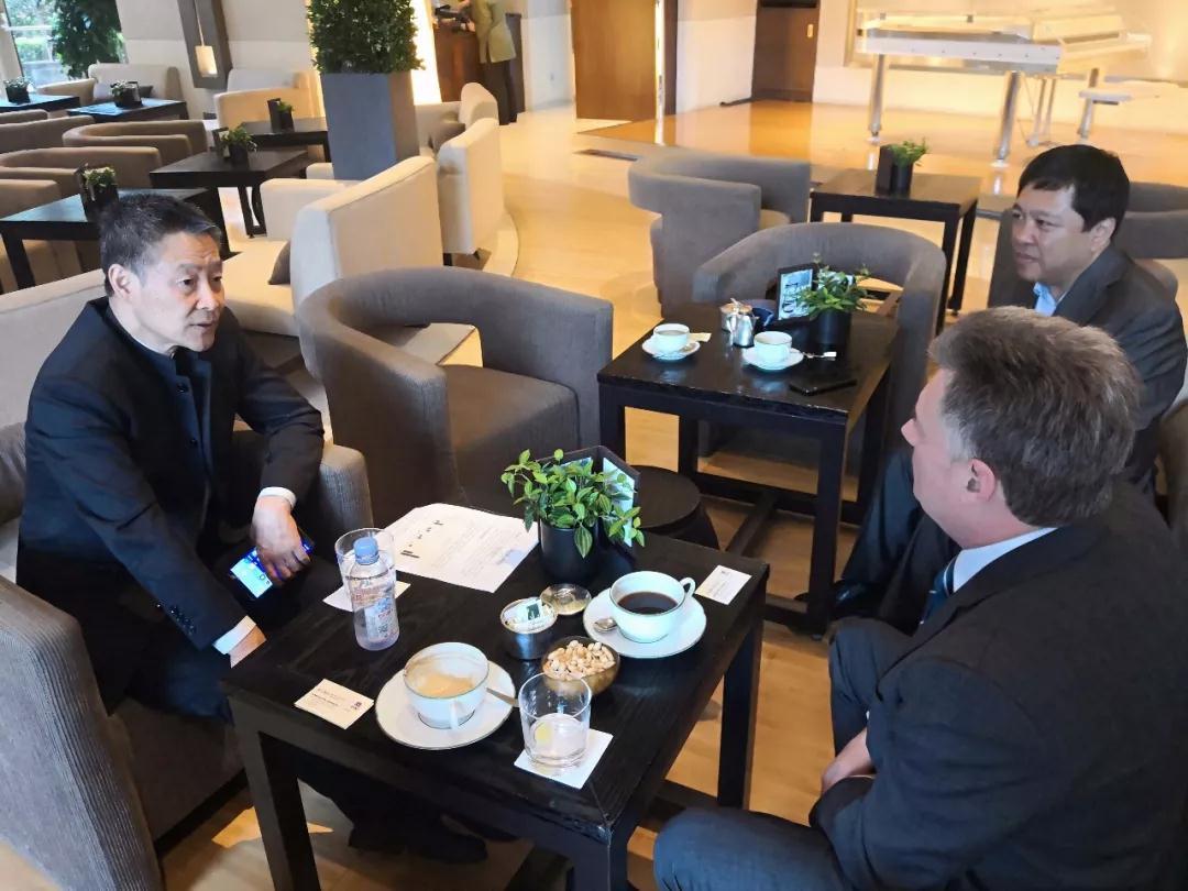 哈电集团董事长斯泽夫与香港中华电力商务总监杜宜安交流