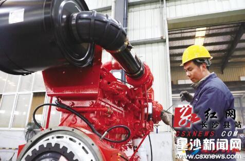 在湖南耐普泵业股份有限公司生产车间里,大小不同、各种型号的水泵从生产线上输出,销往世界各地。蒋炼 摄