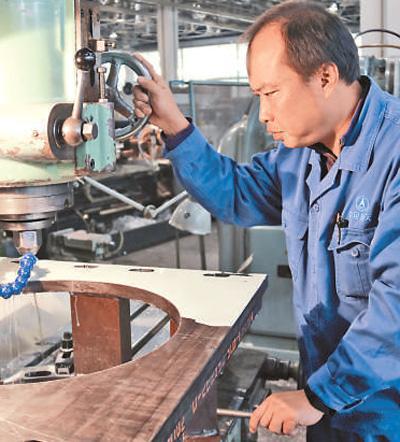 航天六院7103厂涡轮泵加工车间钳工董飞―― 精准加工 不差丝毫