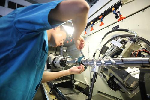 工人加工工业泵核心零部件