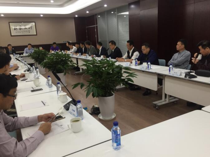 欧畅通电气董事长杨林华在座谈会上伸见公司的概微