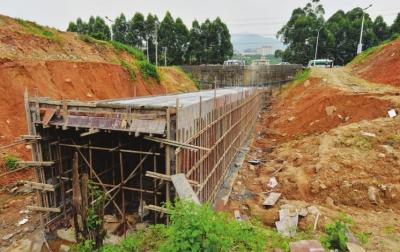 项目配套设施排水沟渠正在设立 中