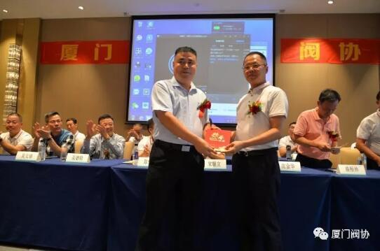 民政局领导为新任会长朱国良先生颁发证书