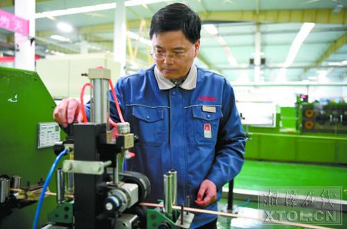 陈海兵在生产车间了解生产情况。(记者 陈旭东 摄)