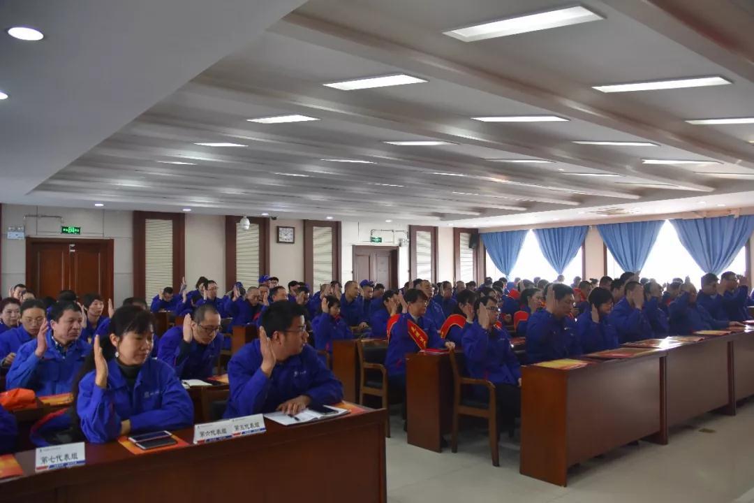 全体与会职工代表对各项报告进行审议并举手表决