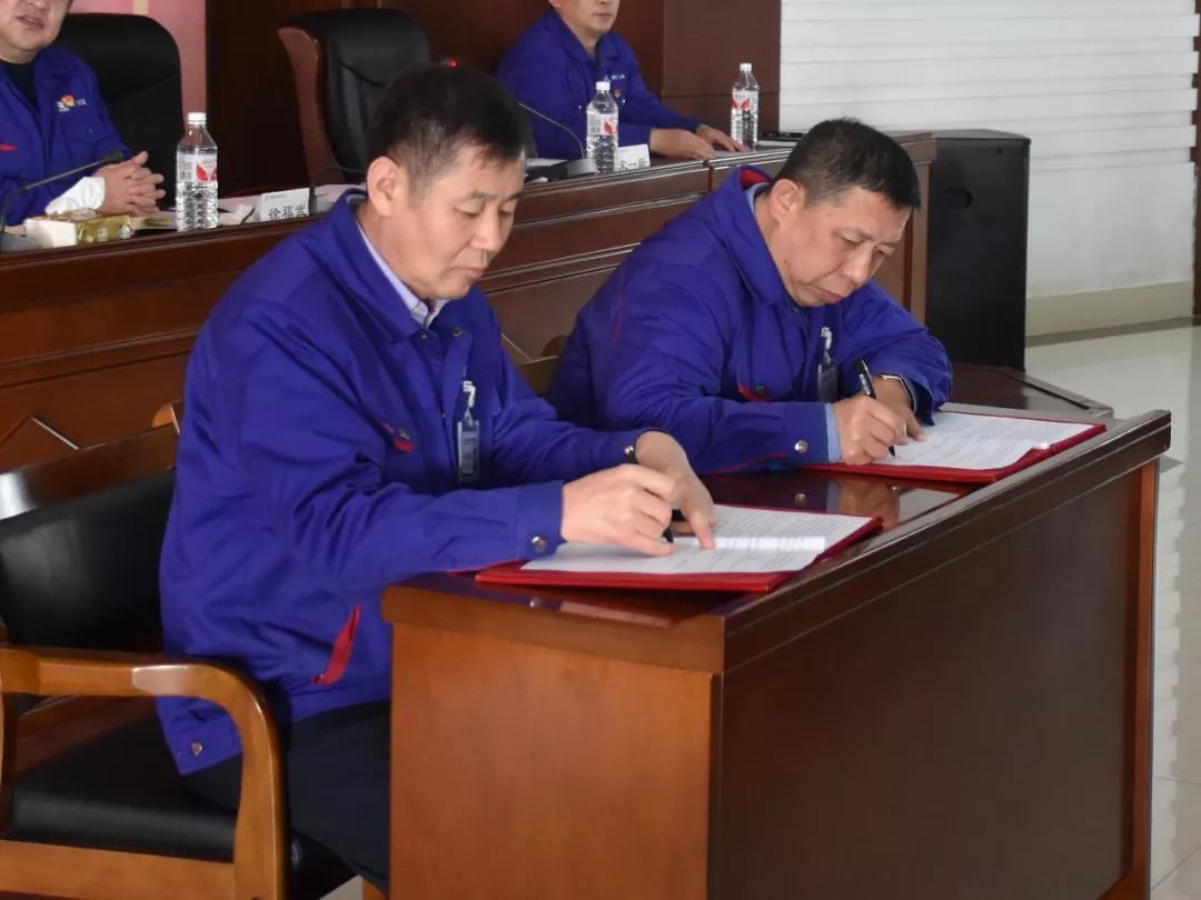 会上,公司党委书记、执行董事、总经理谢敬东同志代表公司行政,党委副书记、副总经理、工会主席宋一新同志代表公司全体职工签订《2020年集体合同》