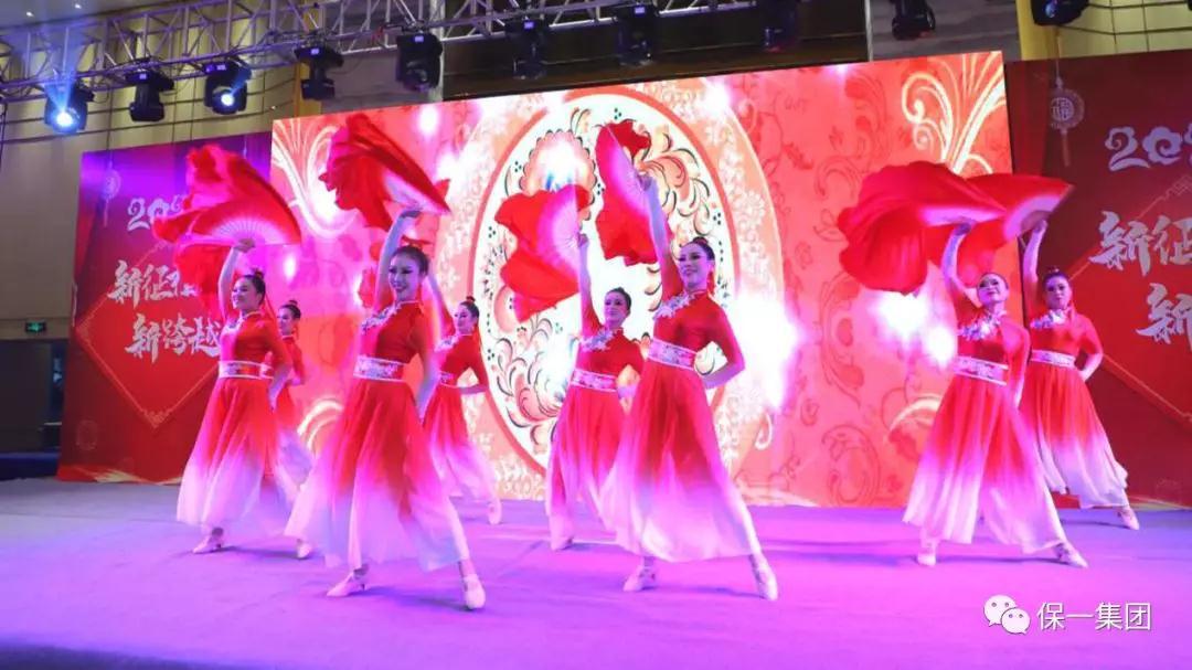 开场舞《千红》呈现一片红红火火的景象