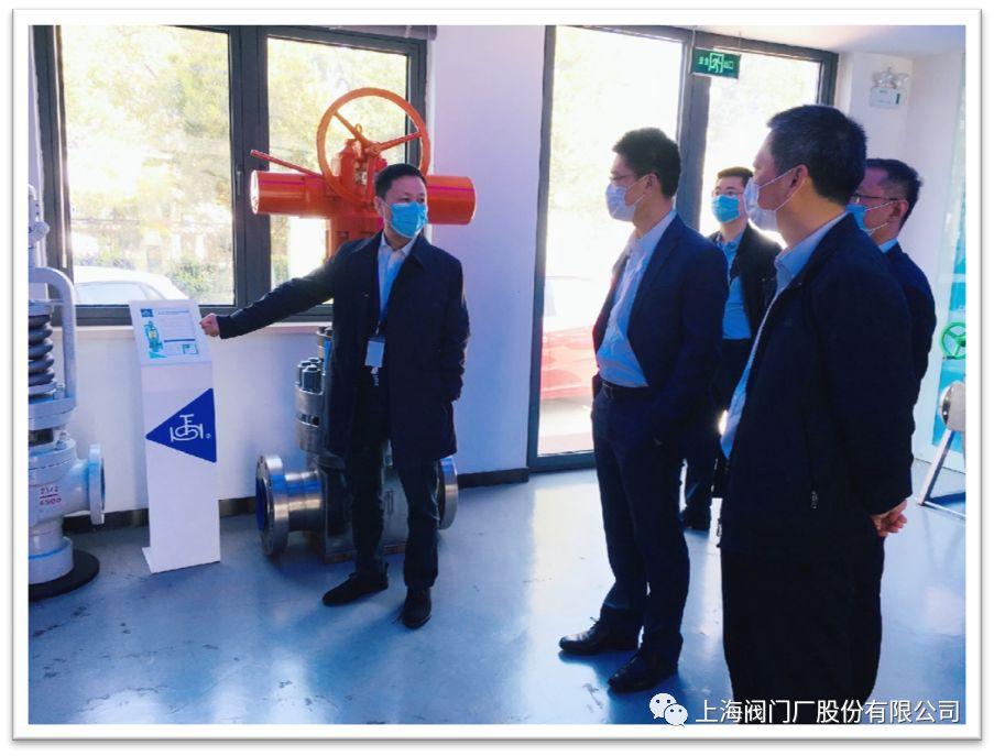 董事长王建克向一行领导介绍公司产品