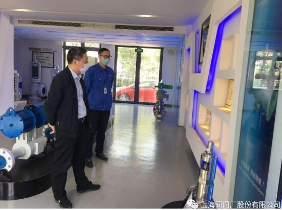 财务总监唐炎彪向到访领导介绍公司获得的荣誉