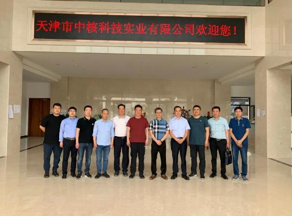 (与天津市中核科技实业有限公司董事长洪锦杉、总经理洪礼祥合影留念)