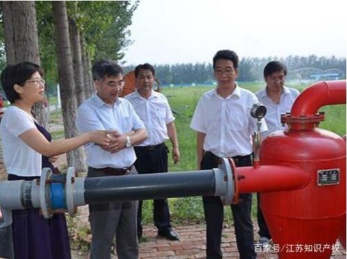 袁寿其(左二)在研究水泵难题。