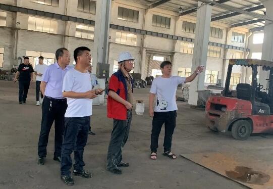 北阀总厂高层领导一行在江苏苏盐阀门机械有限公司参观厂区