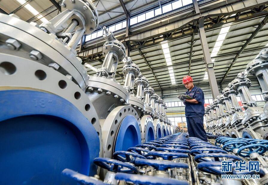 8月26日,河北省成安县经济开发区一家阀门生产企业员工对产品进行检测。