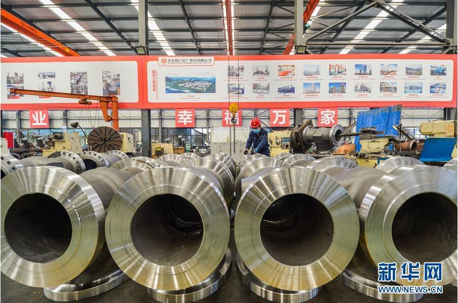 8月26日,河北省成安县经济开发区一家阀门生产企业员工对阀门进行精度测量。