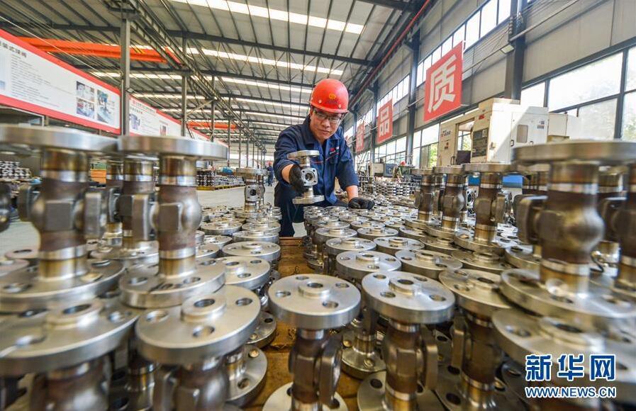 8月26日,河北省成安县经济开发区一家阀门生产企业员工在摆放配件。