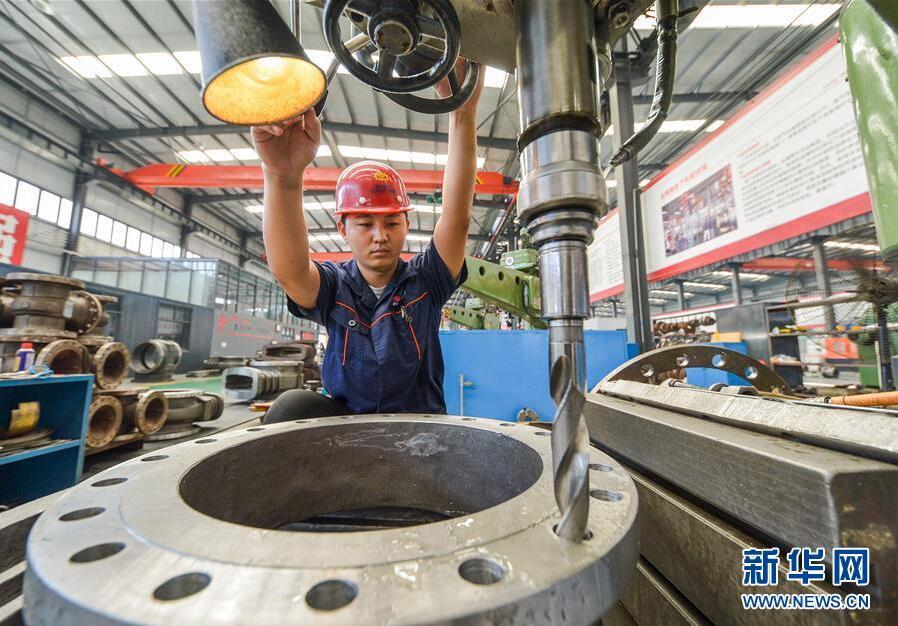8月26日,河北省成安县经济开发区一家阀门生产企业员工在加工阀门产品。