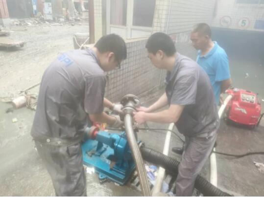重泵職工挺身投入雙碑村防汛救災工作