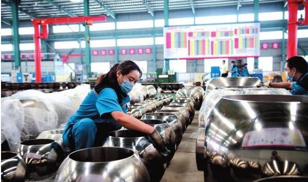 图为工作人员检验整理即将出厂的产品。