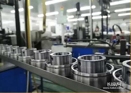 一家外贸企业中,轴承产品在自动化生产线上。