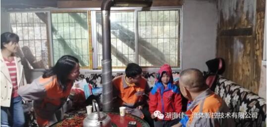 湖南佳一党支部党员与谭忠智、谭芯潼小朋友交流中。