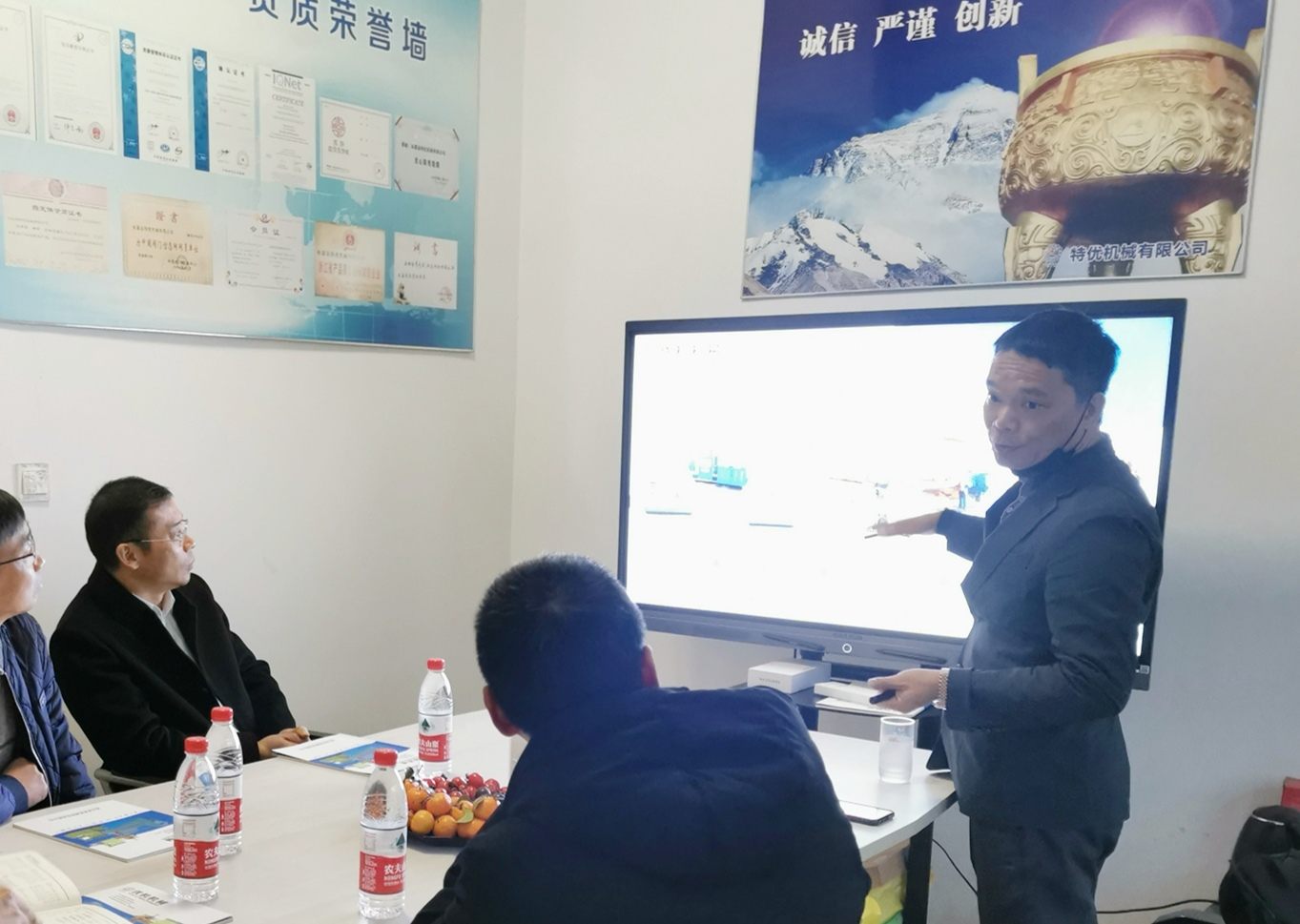 永嘉县政协副主席黄天集一行走访浙江优机机械科技公司
