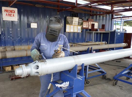 電焊工正在焊接泵的防倒塊。