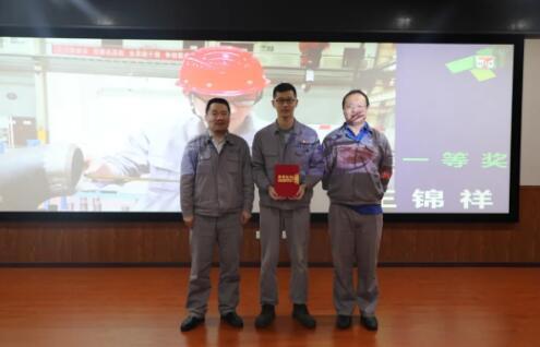 冷工室、热工室领导为一等奖总装车间发现小组颁奖