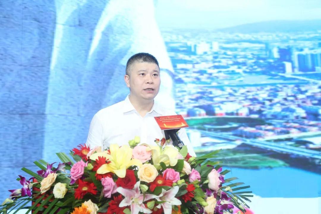南安市商務局局長蘇培榮作招商推介