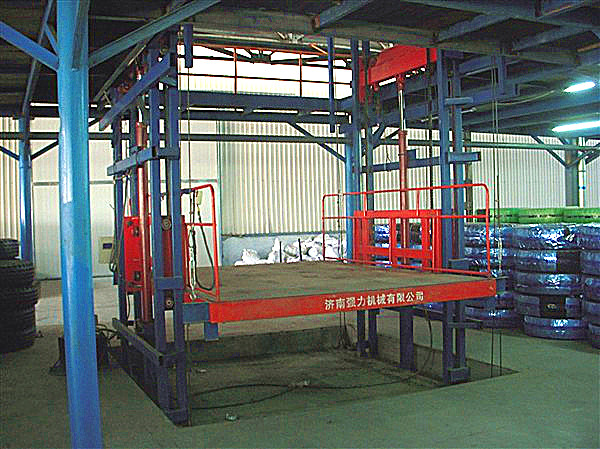 导轨式液压升降平台产品简介: 是一种非剪叉式液压升降台。适用于二三层工业厂房、餐厅、酒楼楼层间的货物传输。最低高度在150-300mm,尤其适合不能开挖坑的工作场所。并且无须上部吊点。形式多样化(单柱、双柱、四柱)。设备运行平稳,操作简单可靠,具有液压、电气多种保护,货物传输经济便捷。